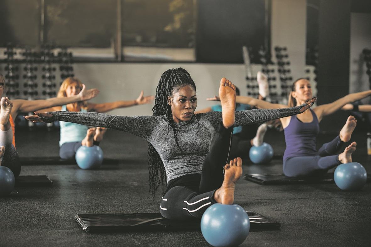 Frauengruppe bei einer Yogaeinheit