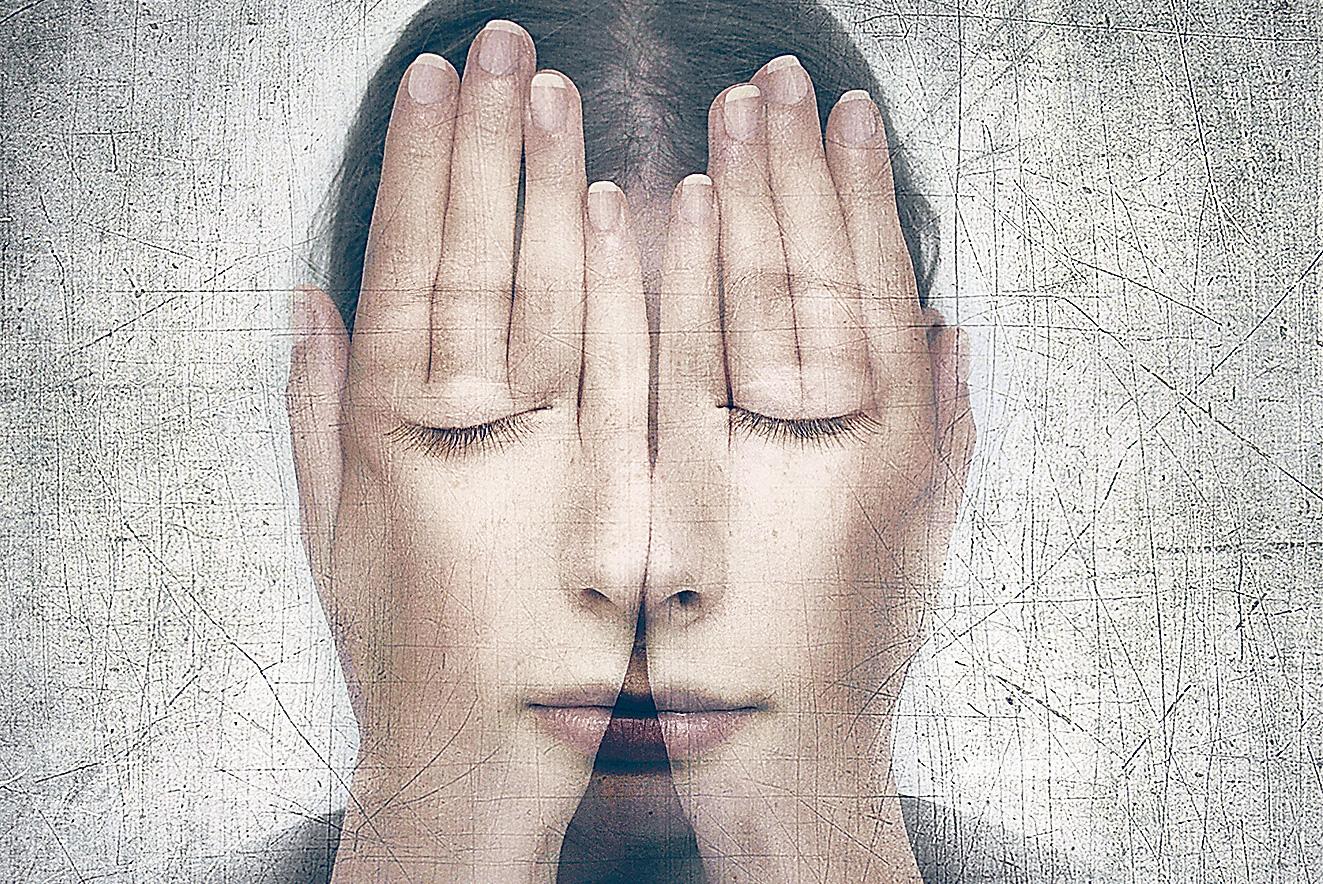 Doppelbelichtung: Frau hält sich die Hände vor das Gesicht.