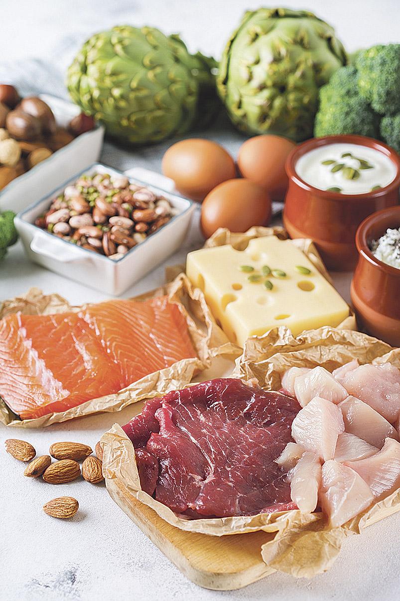 Calziumreiche Speisen auf einer Tischplatte. Calzium soll Osteoporose vorbeugen.
