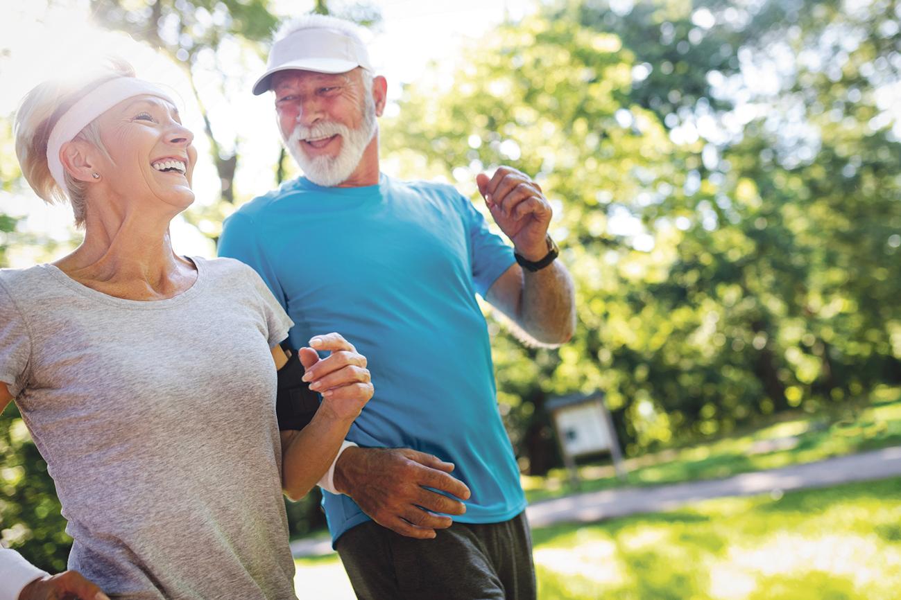 Älteres Paar hat Spaß beim Joggen. Thema: Was tun bei Osteoporose?