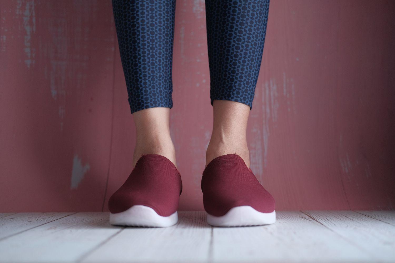 Frauenbeine mit Leggings und Turnschuhen. Thema: Gesunde Füße