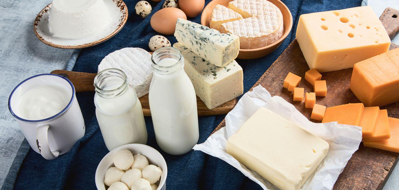 Calciumreiche Lebensmittel wie Milch und Käse.