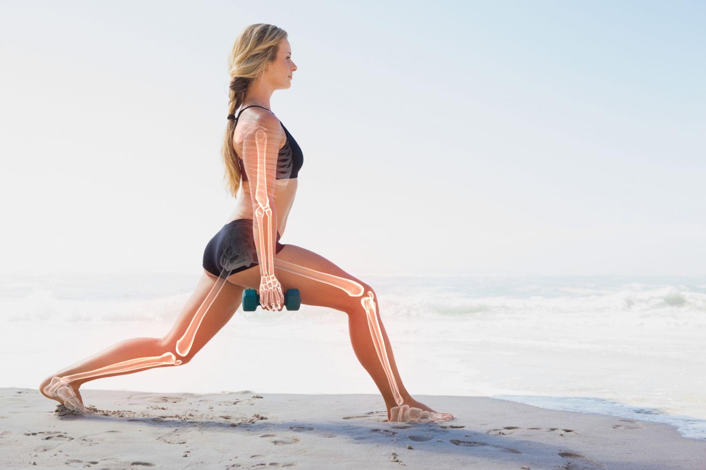 Eine Frau macht am Strand Sport. Hervorgehoben sind ihre Knochen.