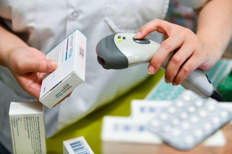 Apotheker scannt Arzneimittelpackung; Thema: Nachahmerpräparat