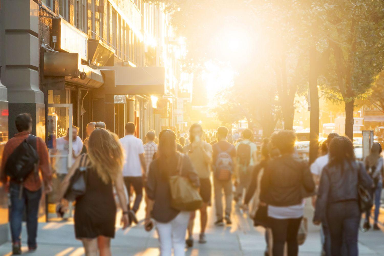 Menschenmenge an einem sonnigen Tag in einer Straße; Thema: Volkskrankheiten