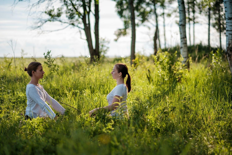 Zwei Frauen meditieren in der Natur. Thema: Krankheiten der Lunge